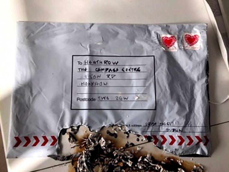 In een kantoorgebouw tegenover Heathrow vloog een brief in brand nadat hij werd geopend.
