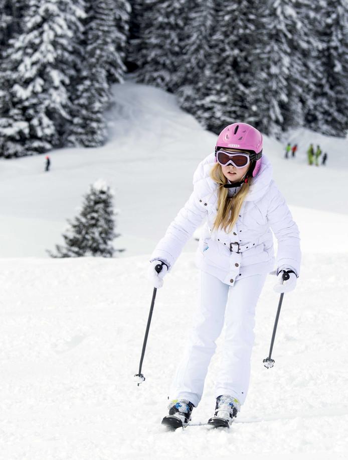 2014: prinses Amalia tijdens de jaarlijkse fotosessie in Lech. Hier volledig in het wit,  mét helm (in tegenstelling tot haar vader).