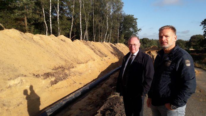 Heemraad Bert van Vreeswijk (l.) en projectleider Rob Teeuwisse bij de nieuwe rioolleiding, waarvoor 1,5 km aan zand werd ontgraven.