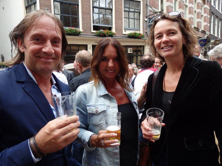 Frank op het Broek en Nicole Schlooz, beiden van Mobitrend en een eigen vaatje Boswandeling, en hun vriendin Ellen Otte (vlnr). Beeld Schuim