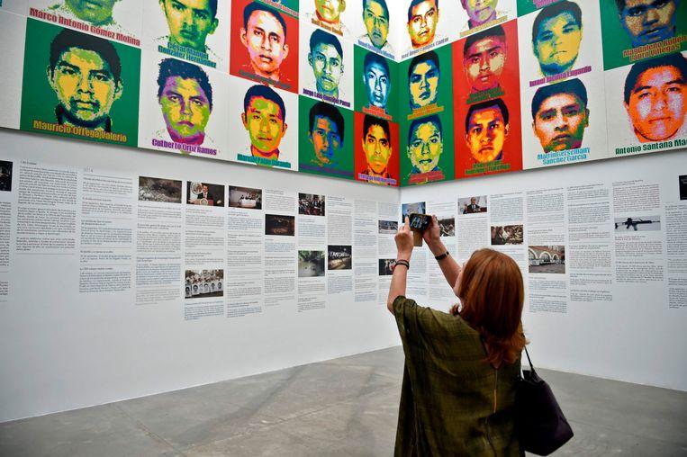 Een kunstwerk van de Chinese activistische kunstenaar Ai Weiwei met portretten van de 43 vermiste studenten.