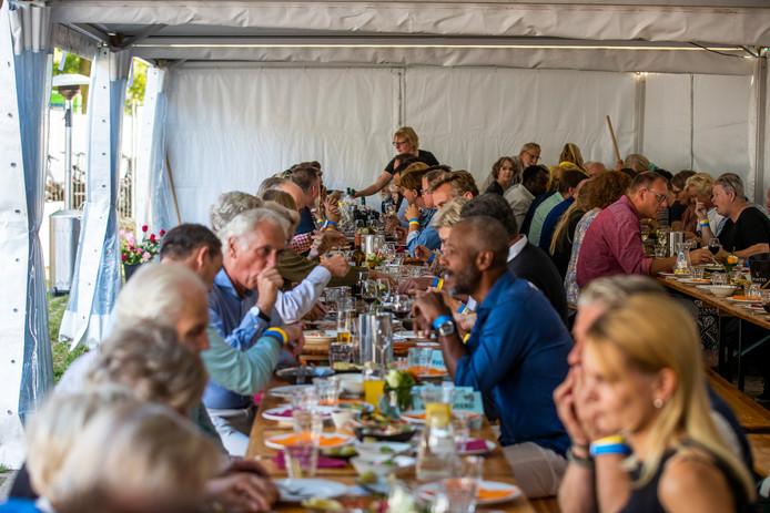 Wij Waalre, eten aan een lange tafel met veel mensen uit het dorp.