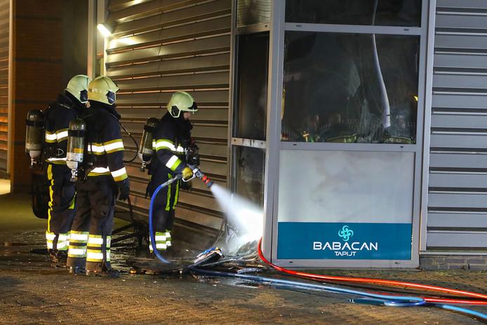 De brandstichters zouden met een riooldeksel een gat in de ruit hebben gegooid en daarna een molotov-cocktail naar binnen hebben geworpen.