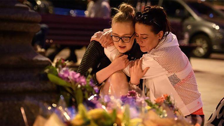 Inwoners van Manchester rouwen om de slachtoffers van de aanslag na het concert van Ariana Grande.