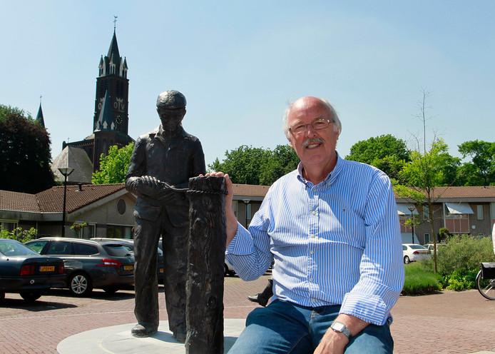 Cees Evers bij het gerestaureerde beeld 'De Bezembinder' dat hij vorig jaar als wethouder in St. Willebrord heeft onthuld.