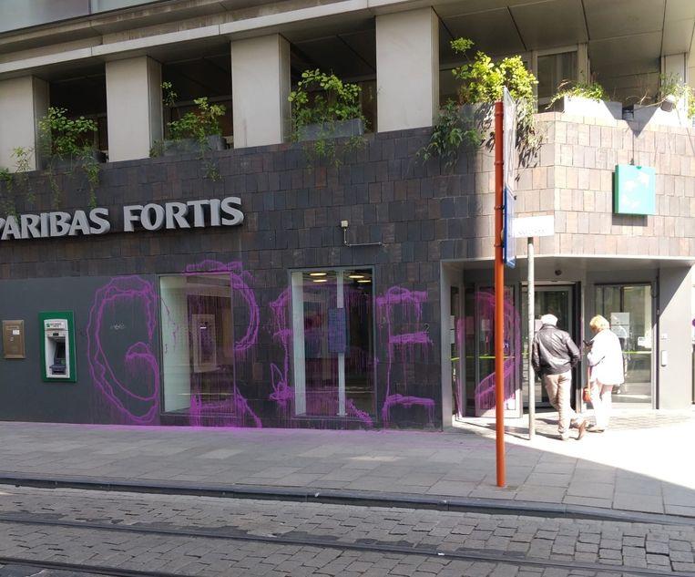 De besmeurde gevel van het BNP Paribas Fortis-kantoor in de Zonnestraat.