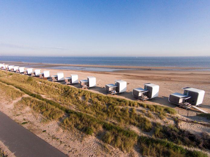 Strandweelde, de slaaphuisjes op het strand van Camping Zonneweelde.