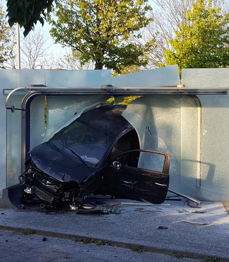 VIDEO: Auto vliegt door bushokje op Stappegoorweg Tilburg
