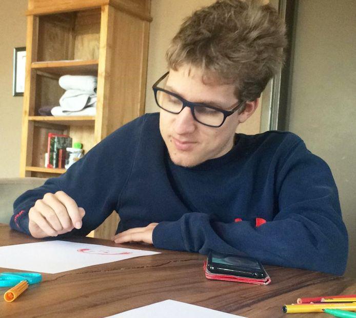 Stefan van Samen Top zit door het Corona virus noodgedwongen thuis. Om de tijd door te komen, is hij aan de slag met de opdrachten uit de online Samen Top quiz.