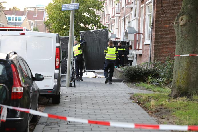 De recherche heeft de straat afgeschermd met zwarte schermen