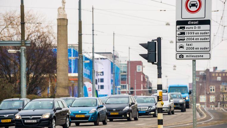 Een bord markeert de milieuzone in Amsterdam voor vrachtwagen, bestelvoertuigen, taxi's en touringcars. Beeld anp