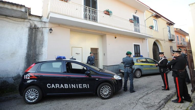 Italiaanse politie doorzoekt een huis in Campania Beeld epa