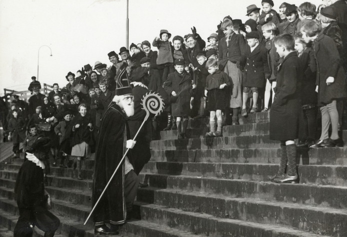 Sinterklaasintocht in 1942 bij het Paardenveld.