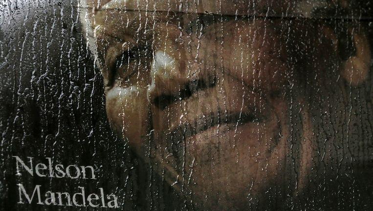 Een beregende afbeelding van Nelson Mandela in Soccer City in Johannesburg. Beeld getty