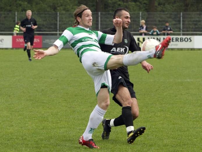 Nuenen-verdediger Richard van Malten (l) trapt de bal weg voor de aanstormende Tugberk Yildirim van Geldrop. foto Kees Martens