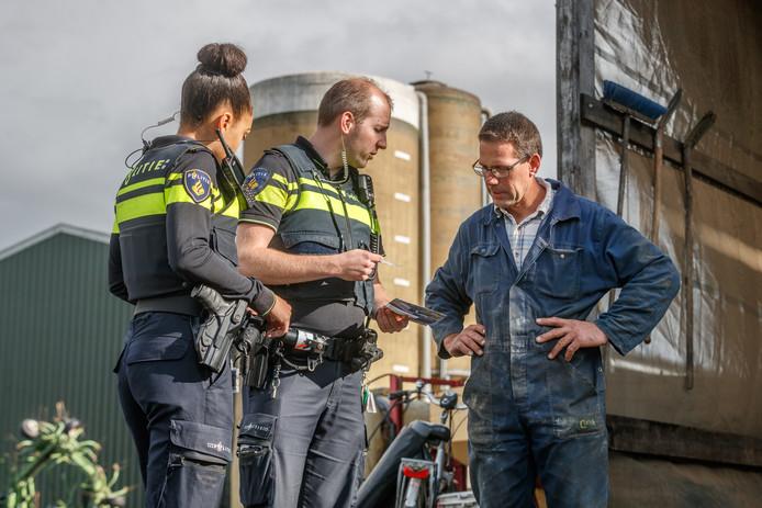Met de wijkagent op pad in buitengebied, om agrariërs te bezoeken en ze te informeren over en vragen naar signalen van drugscriminaliteit.