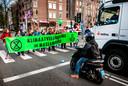 26 april 2019: Extinction Rebellion blokkeert de Ceintuurbaan in Amsterdam. De activisten willen het verkeer ontregelen vanwege de milieuvervuiling.