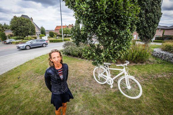 Katleen Winne plaatst de fiets van haar vader op de rotonde Eikhof, waar hij aangereden werd in april.