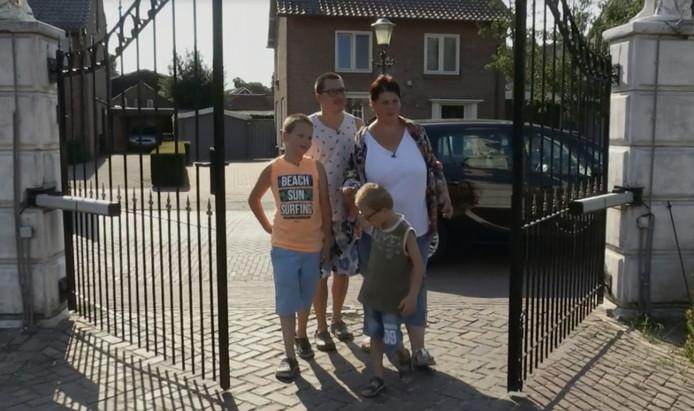 Cynthia, Silvia, Marijn en Liam arriveren bij hun nieuwe huis