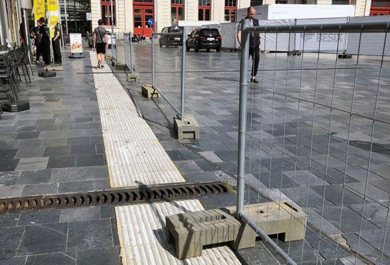 Een betonnen blok op de witte ribbels voor blinden en slechtzienden.