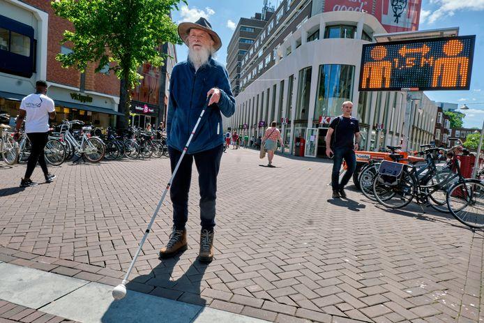 Voor de blinde Hildo Nijdam uit Dordrecht en zijn mede lotgenoten is het moeilijk de coronamaatregelen na te leven.