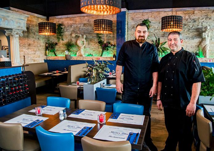 Jeremy Roelofs (l) en Nikos Avlastimidis runnen het Griekse restaurant Mr Pita in Rotterdam-Nesselande. Je kunt er gezellig een hapje eten en de bediening is gastvrij en vriendelijk. Geen hoge pieken, maar ook geen diepe dalen. Op de rijst na dan.
