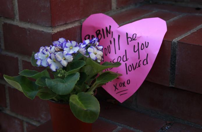 Fans laten boodschappen en bloemen achter bij het huis waar Williams Mrs. Doubtfire maakte.