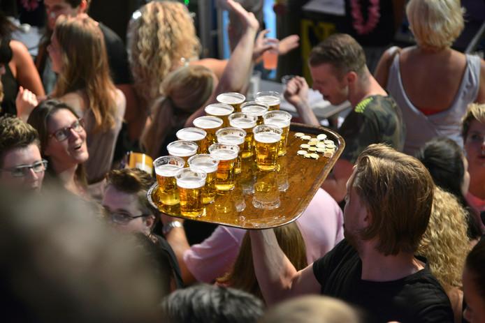 Een dienblad vol bierglazen tijdens de Vierdaagsefeesten