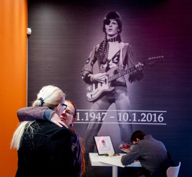 Belangstellenden ondertekenen het condoleanceregister in het Groninger Museum voor Bowie. Beeld anp