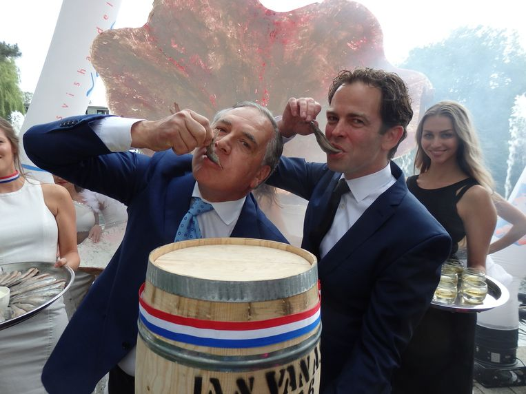 Hiltondirecteur Roberto Payer (l) en Eric van As (Versvishandel Jan van As) openen de Haringparty officieel. Leg dit maar eens uit aan een buitenlander. Beeld Schuim