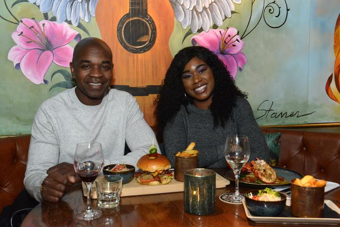 Alwin Burke en dochter Charissa in restaurant Blaze & Co in Scheveningen.