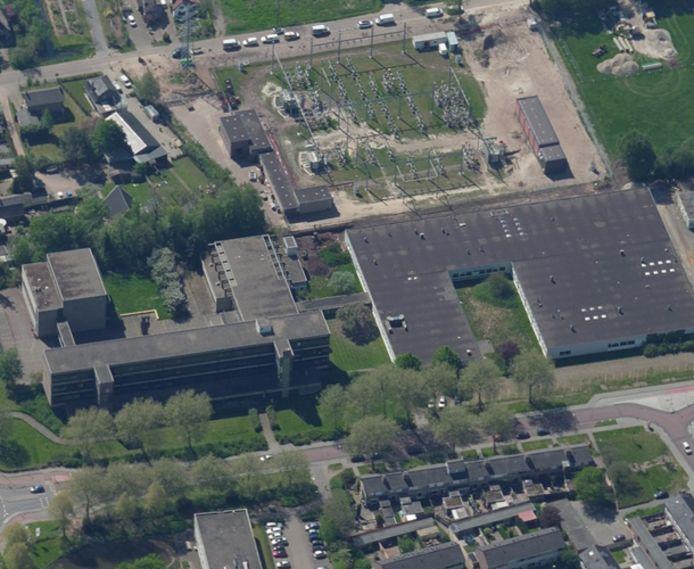 De voormalige LTS-locatie aan de Randweg vanuit de lucht met links het hoofdgebouw en rechts de praktijklokalen.