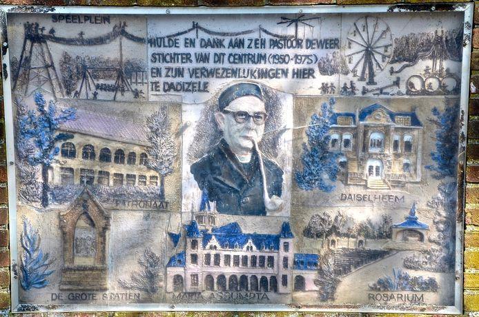 De gedenkplaat van de stichter van Dadipark, pastoor Gaston Deweer.