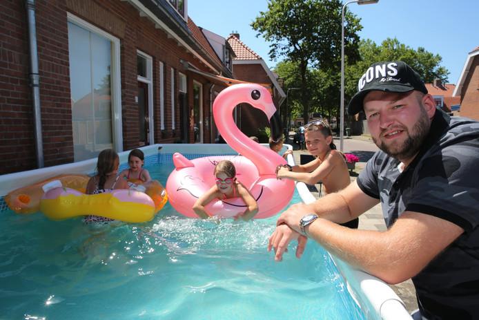 Initiatiefnemer Wesley de Vries bij het zwembad op het Rode Dorp dat ook niet in de voortuin mag van de woningcorporatie.