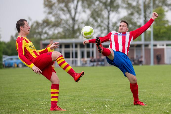 Stavenisse (rood-geel) en NSV maakten er een doelpuntenfestijn van.
