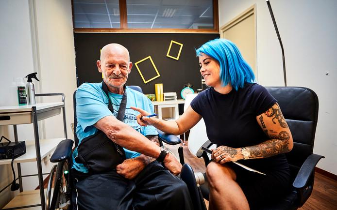 Rebecca begint een tatoeagestudio in verzorgingstehuis Humantitas Akropolis.