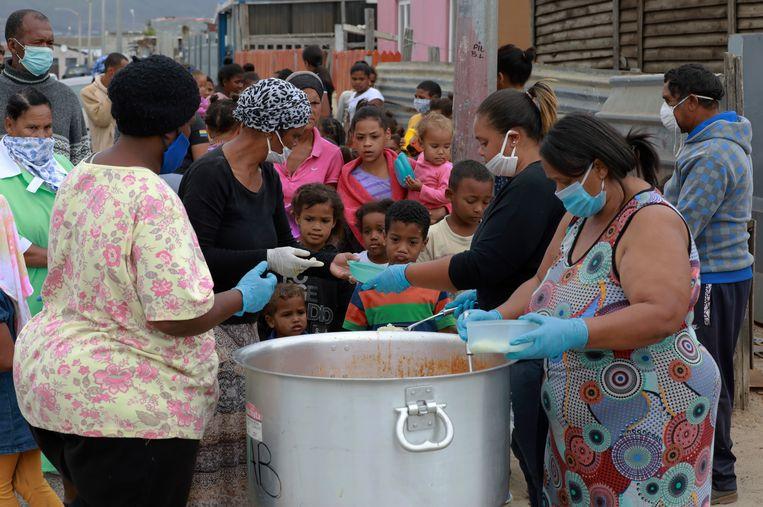 Nu kinderen in Kaapstad geen eten meer krijgen op school, worden er gaarkeukens georganiseerd.  Beeld AP