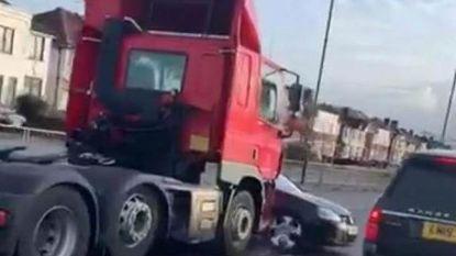 Hallucinante beelden: vrachtwagen sleurt auto mee op Britse snelweg, zangeres Ellie Goulding schiet te hulp