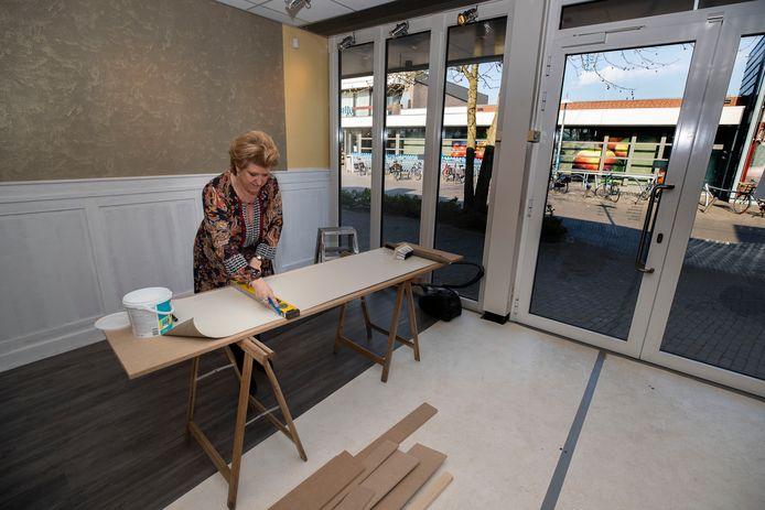 Marian Cuijten is druk bezig met de verbouwing van een pand op Den Hof in Aalst. Binnen een aantal weken gaat lunchroom Hof 7 open.
