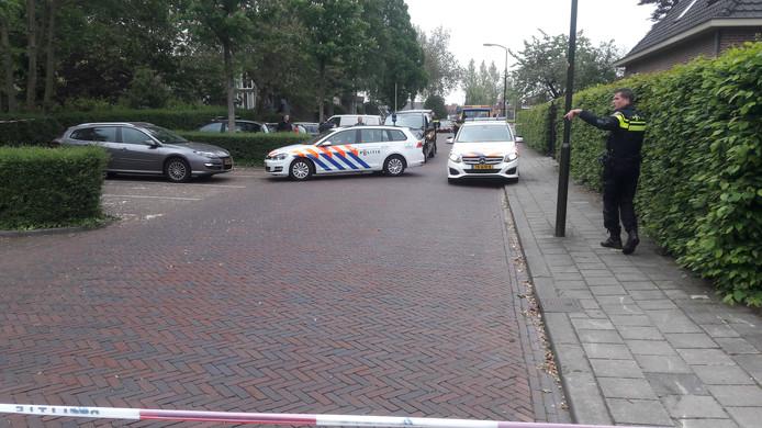 Voor een reanimatie waren de agenten te laat, de lijkwagen arriveerde om de overledene te vervoeren.