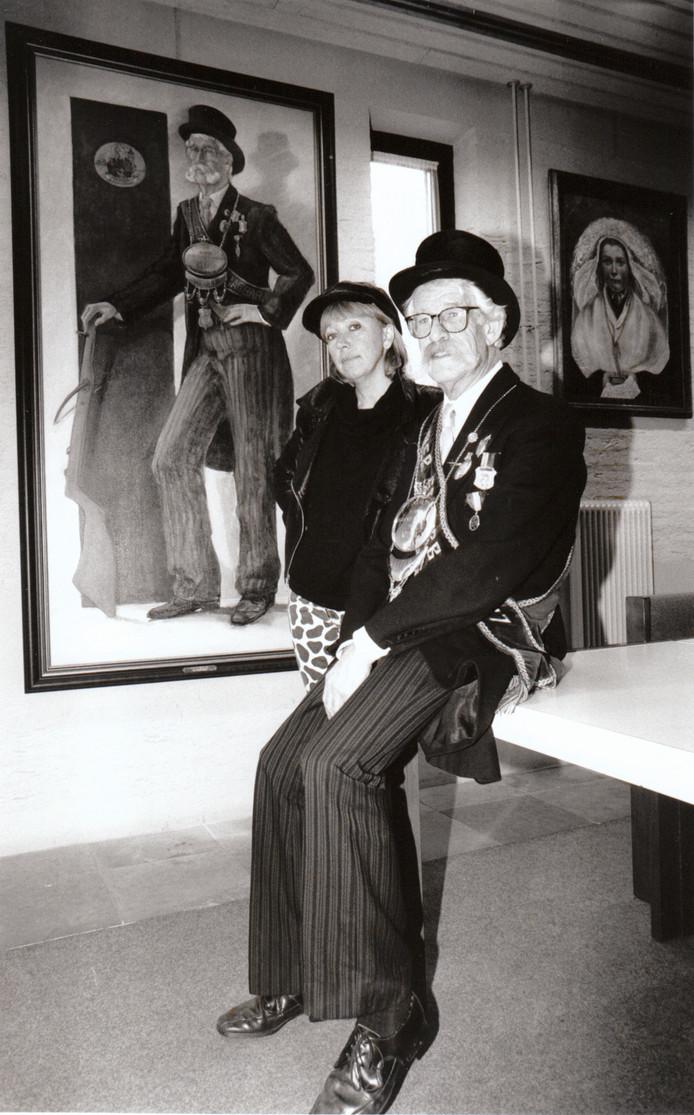 Gildekeizer P. Bogmans bij het schilderij dat van hem werd gemaakt door Marlies Vonk (Oirschot).