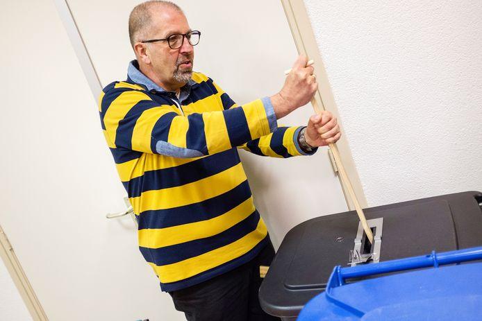 Stemmen in Wilnis: om 20:00 waren 1200 van de 1500 stemmen binnen. Er moet gestampt worden om de stemformulieren in de stembus te krijgen.
