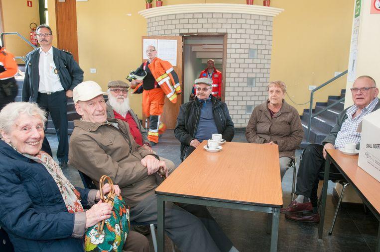 De geëvacueerde bewoners werden opgevangen in stedelijke cultuurzaal De Woeker.