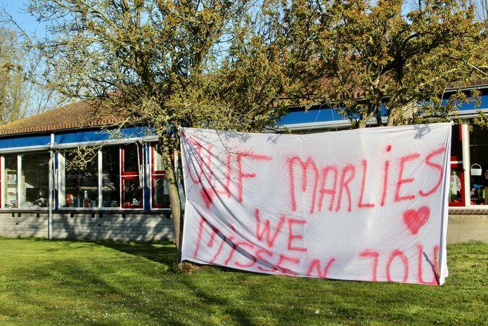 De kleuters missen juf Marlies nu de school gesloten is.