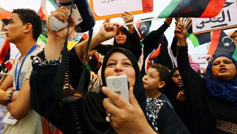 Supporters van Fajr Libya (een islamitische alliantie) protesteren tegen de nieuw aangestelde regering in Tobruk. Beeld afp