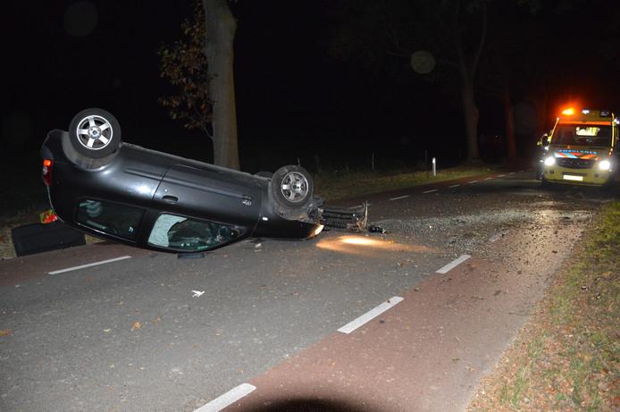 Door onbekende reden raakte de bestuurder de macht over het stuur kwijt en kwam hij in een slip terecht. Uiteindelijk kwam de auto op het dak te liggen, midden op de weg.