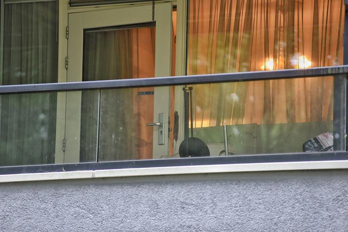De achterdeur van de woning is met geweld opengebroken.
