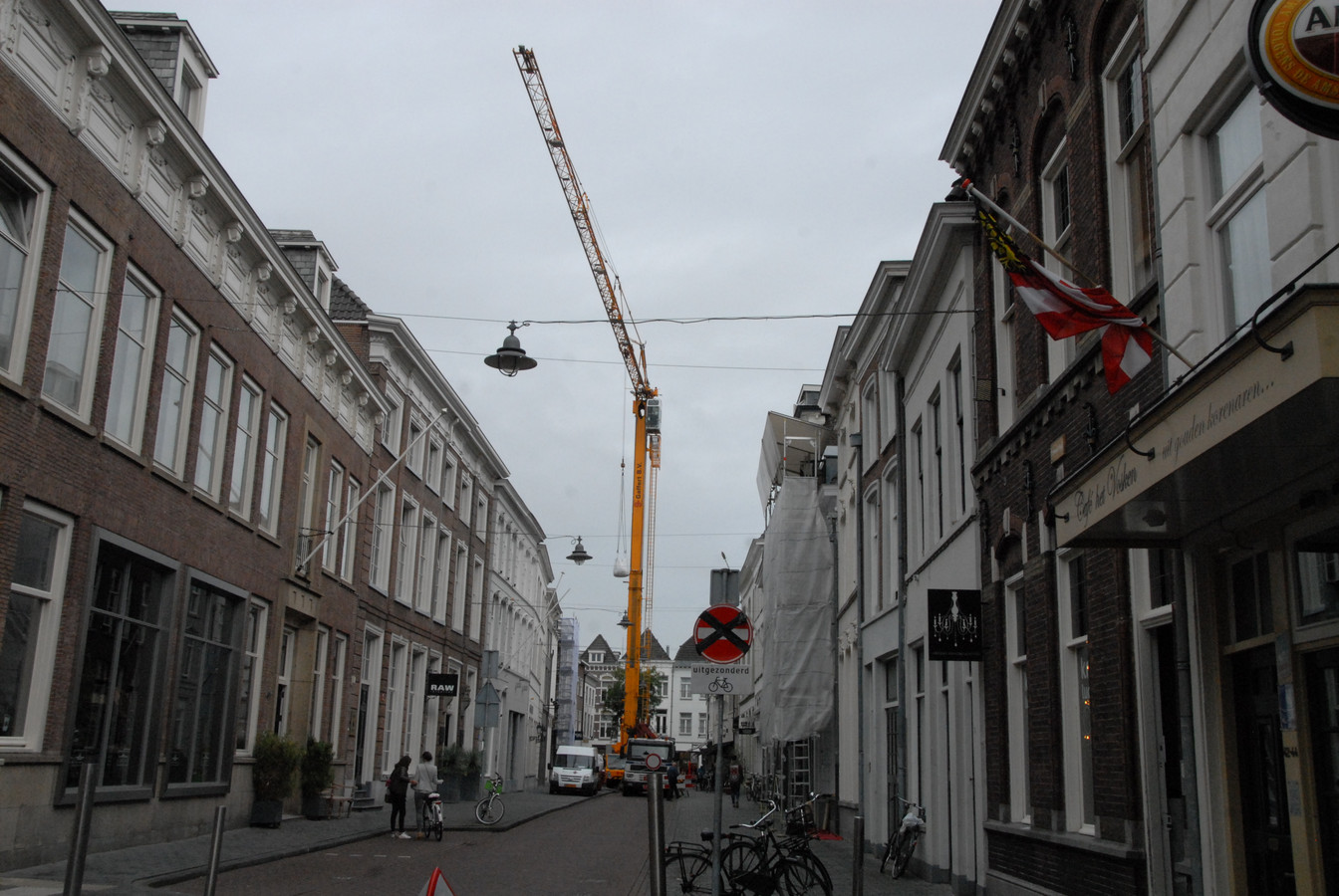 Het gebeurt niet vaak dat midden in de Verwersstraat een grote hijskraan staat opgesteld. Naar verwachting wordt de straat nog vóór het eind van de middag weer vrijgegeven