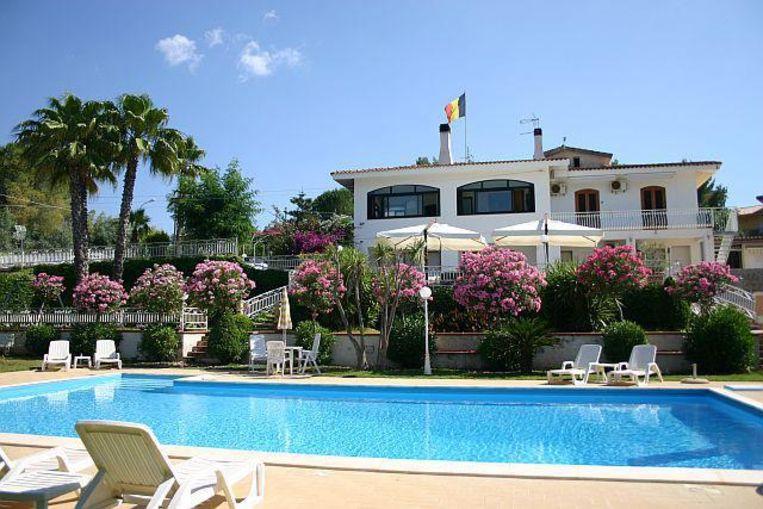 Het Vlaamse koppel baat Villa-Teresa uit, een familiehotel met negen kamers op Sicilië.