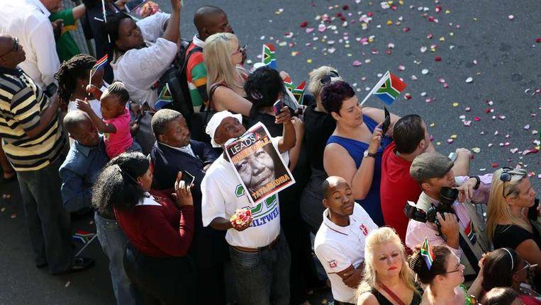 Vrijdag stonden weer duizenden mensen in de rij om afscheid te nemen van Nelson Mandela. Beeld afp